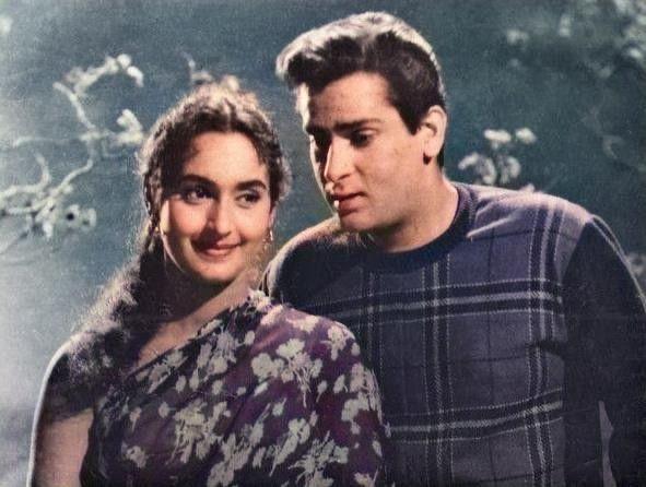 Savere Waali Gaadi Se Chale Jayenge....Shammi Kapoor and Nutan in this lovely vintage pic from Latt Saheb (1967)  #ShammiKapoor #Nutan #BollywoodFlashback #colored  @Mohnish_Bahl @PranutanBahl @MsPoojaDesaipic.twitter.com/50TypatJXp