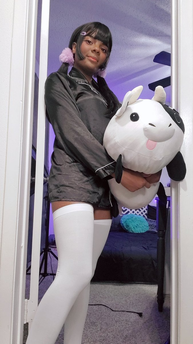 Good morning my bears~♡ this is my favorite cow plush 🐄 Reach 50 RT +100 ❤ to see whats under my pjs~♡♡♡