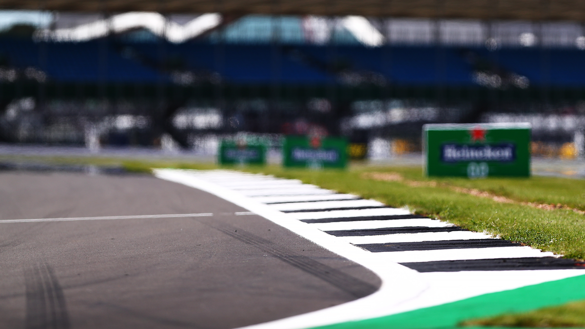 A fresh lick of paint for the iconic black and white Silverstone kerbs as we get set to go again 🏁👊 #F170 🇬🇧 #ChargeOn 🤘 https://t.co/cf4nGpNvPR