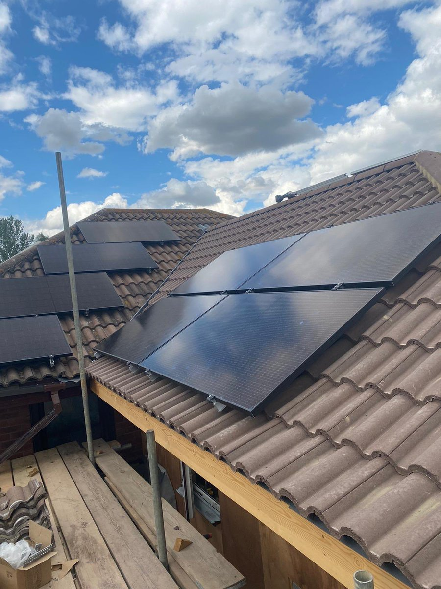 Here is a small Solar PV Array we installed in Milton Keynes last week!#solarpv #GreenEnergy #GoGreen #SaveTheWorld pic.twitter.com/zyYDBn6ziF