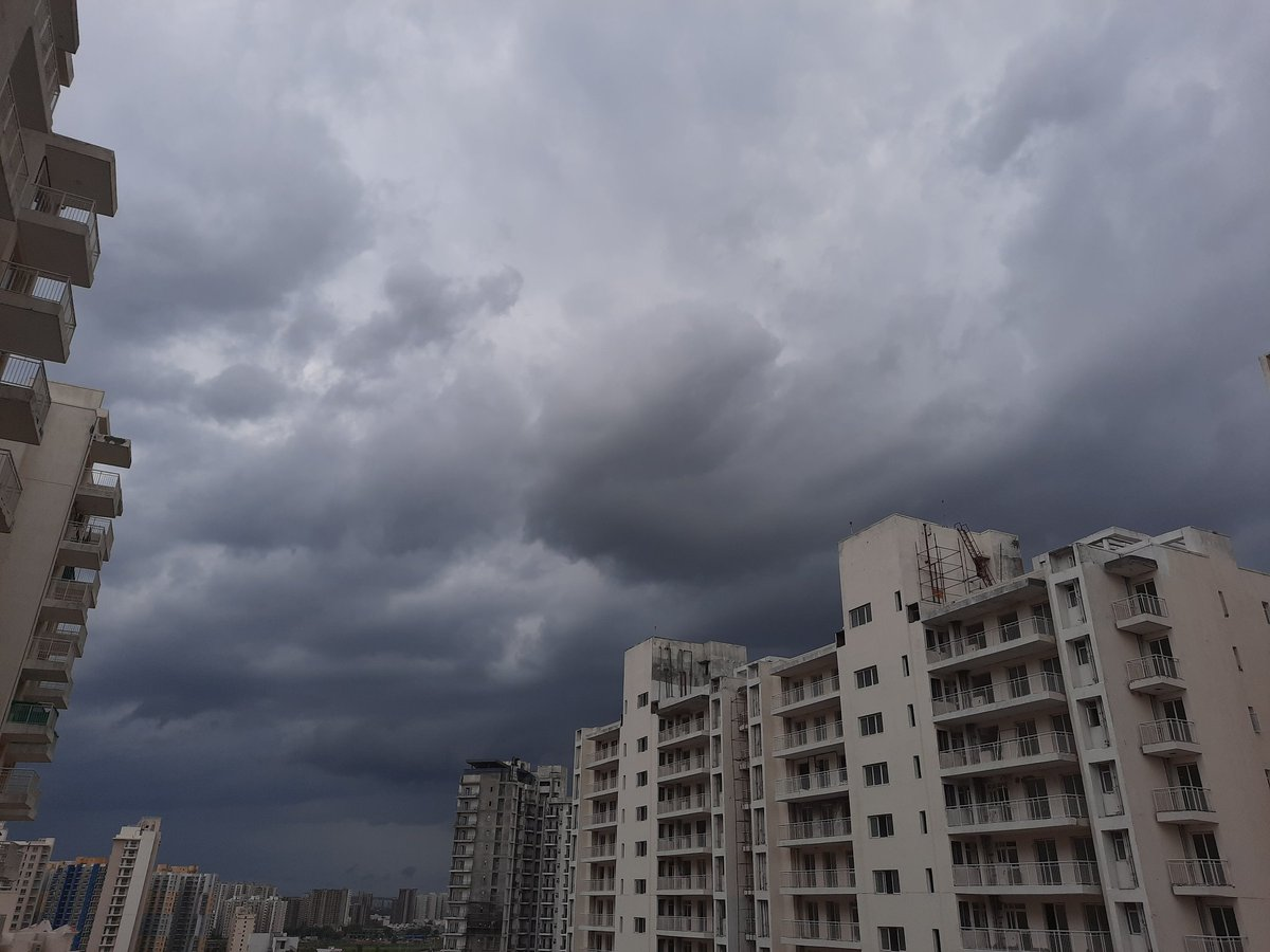 #gurgaon brace for impact. Dark clouds forming pic.twitter.com/PnkwGQ7Kmm