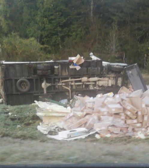 RT @erchiloe 🚨 #Chonchi 🚨 Se confirma volcamiento de camión en sector Cruce Notuco, 2 personas lesionadas atendidas por personal Cesfam Chonchi. Precaución conductores por presencia de escarcha en la ruta. #Chiloé @pera334 @OmegaQuellon @TTILosLagos  (📷 @roaquellonfm) https://t.co/73F9To0C6s