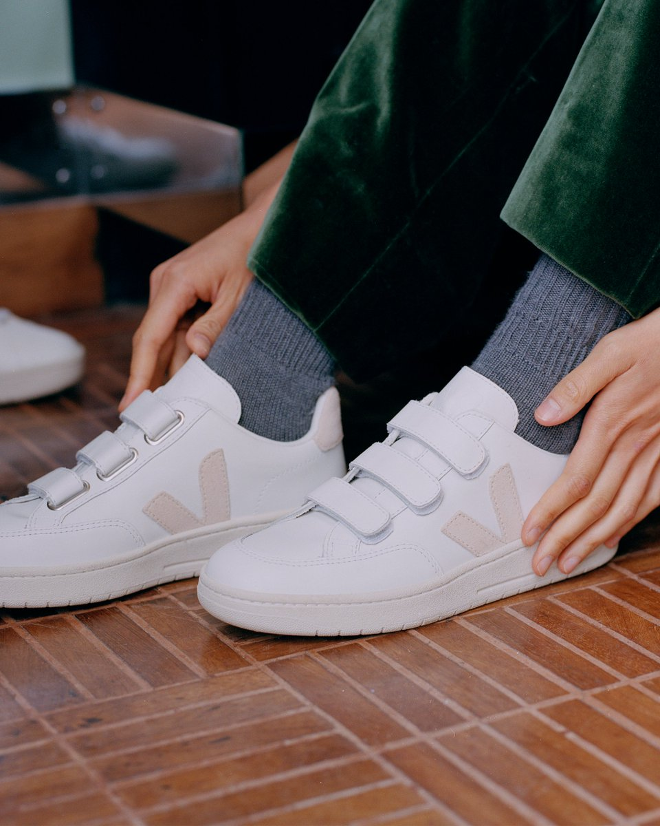Our new Fall Winter 2020 lookbook is now online!   Our V-Lock White Sable are made out leather, suede, soft lining (organic cotton & recycled plastic bottles) and Amazonian rubber.  Available here : https://t.co/Hbts44Ntk0   Photo : Vincent Desailly #veja #vejavlock https://t.co/VvFR5d3o5Z