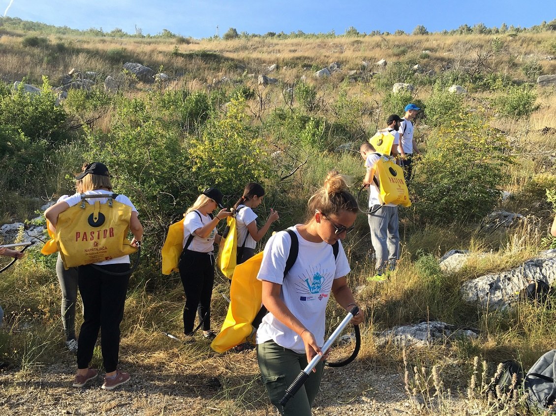 "The Croatian #Scouts are more ready than ever to save their forests and help wildlife regenerate🍀🐾🌻 The largest afforestation volunteer action in Croatia 'Boranka' continues with a watering project ""Be My Water"" 💦 💧 Check it out here 👇 #ErasmusPlus https://t.co/ymCMaf2DdE https://t.co/L9nJrzRJvV"