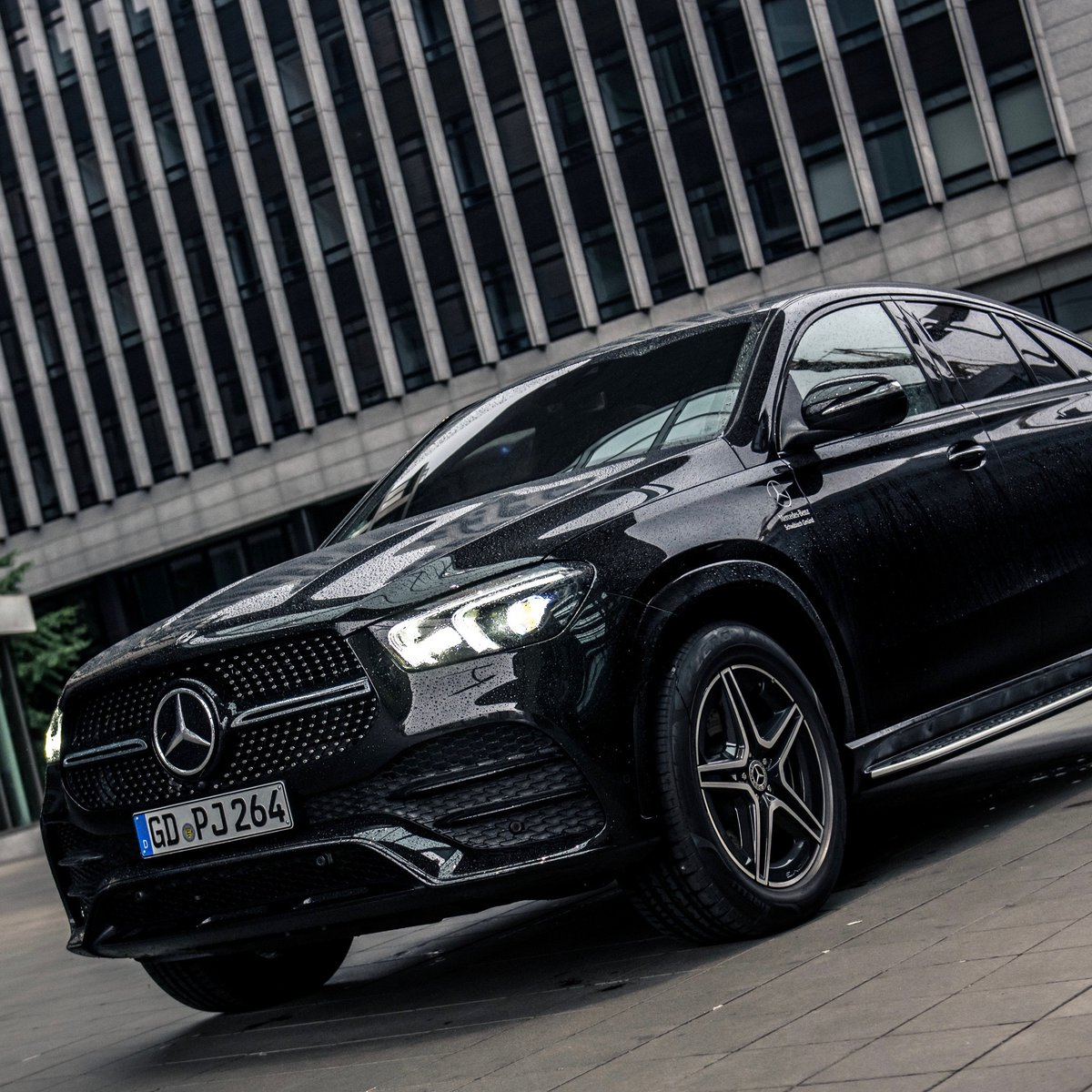 The #GLE #Coupe blends the sportiness and elegance of a coupé with the engineering of the premium-SUV model series from Mercedes-Benz.  https://t.co/rv40RHA3Wj  #MBSocialCar by @prismview (IG) via Mercedes-Benz Stuttgart https://t.co/K3fnIH174P