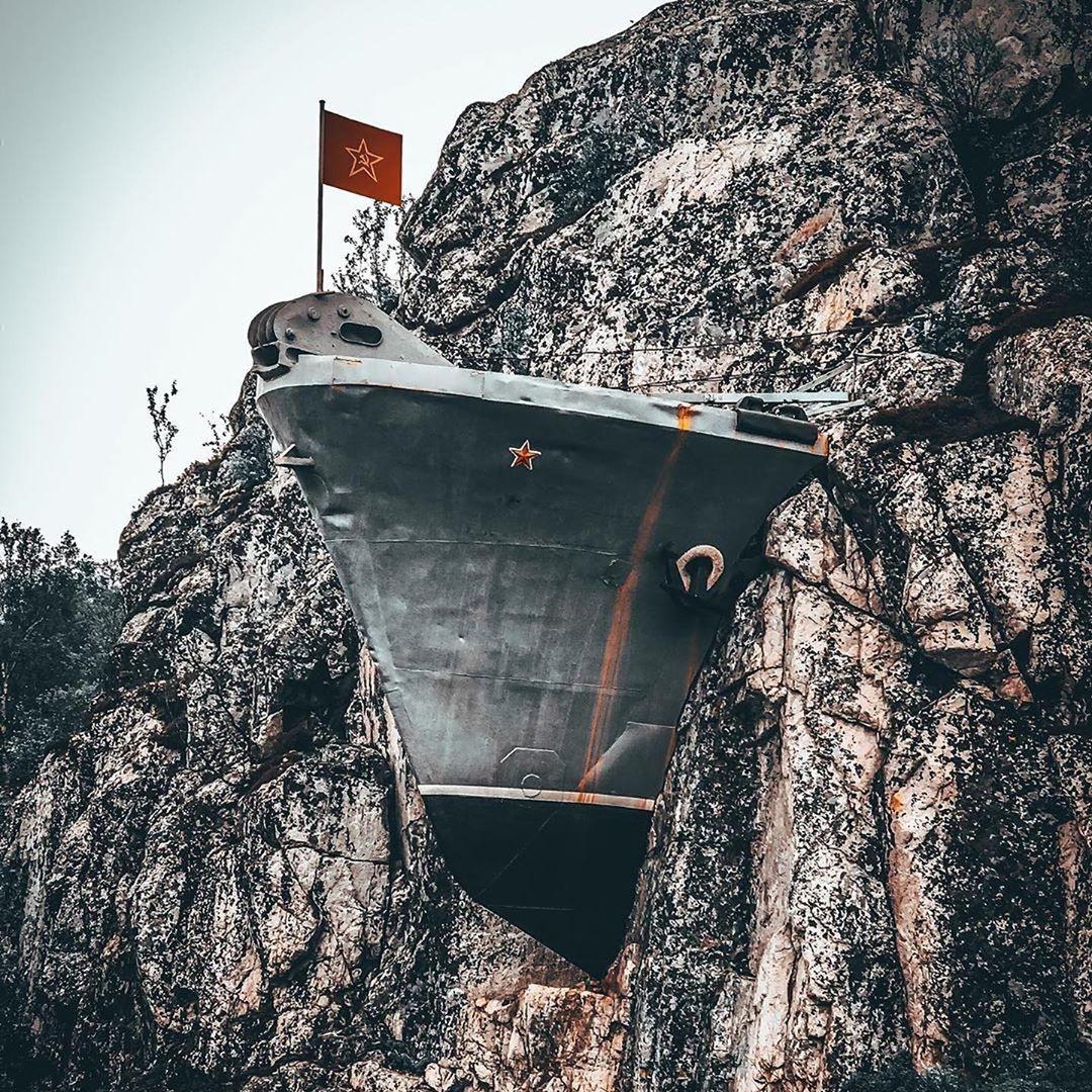 жилое помещение фото корабль в скале первой
