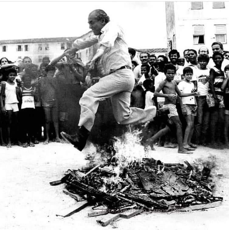 Quem lembra desse #tbt de hoje? Brizola pulando uma fogueira feita com armas de brinquedo, todas elas foram trocadas por livros para as crianças. Enquanto alguns defendem armas, Brizola defendeu livros e educação de qualidade para todos! https://t.co/31iMIrArjE