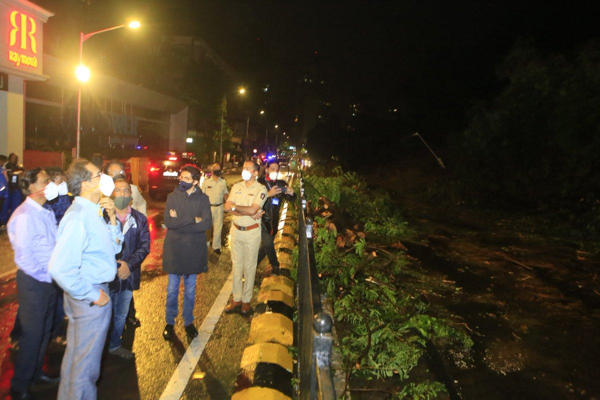 मुख्यमंत्री उद्धव बाळासाहेब ठाकरे यांनी आज पेडर रोड येथे मुसळधार पाऊस व सोसाट्याच्या वाऱ्यामुळे झालेल्या नुकसानीची पाहणी केली. यावेळी मंत्री @AUThackeray आणि मुंबई महापालिकेचे अधिकारी उपस्थित होते. https://t.co/S3RYikkIx9