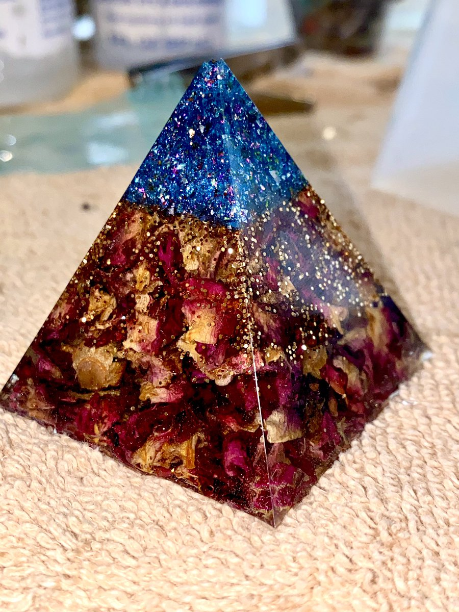 This resin rose prism is Coming to my 8pm update!! #resin #glitter #prism #roses #handamdepic.twitter.com/BTCPi6ZJFO