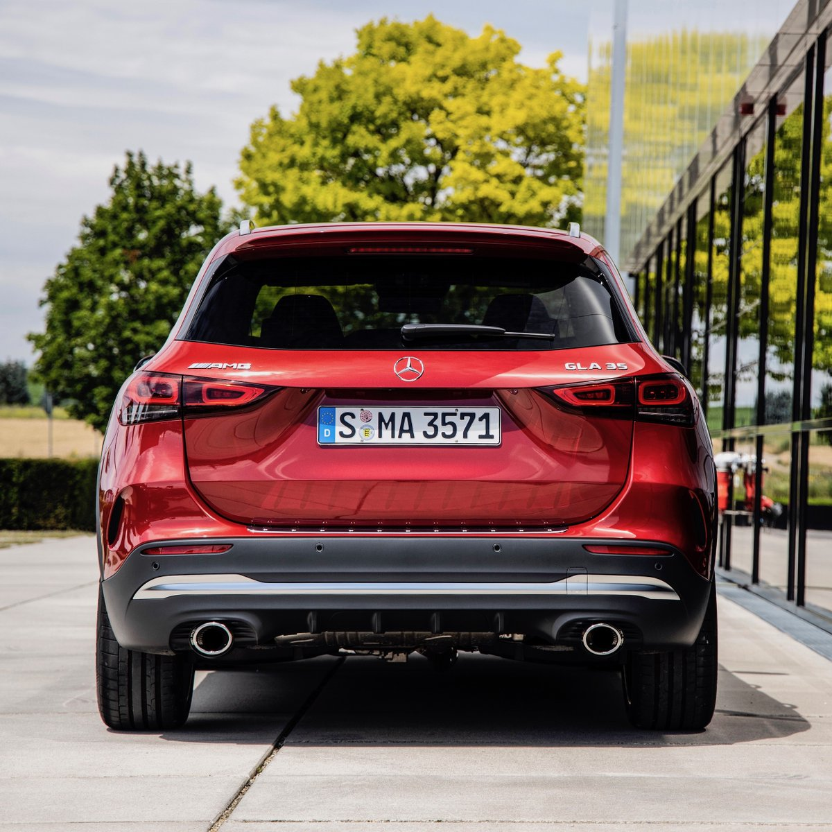 [Kraftstoffverbrauch kombiniert: 7,5–7,4 l/100 km | CO₂-Emissionen kombiniert: 171–170 g/km| https://t.co/s95yKNytGO | Mercedes-AMG GLA 35 4MATIC]  A compact all-rounder as an entry to the #MercedesAMG world: The new Mercedes-AMG #GLA 35 4MATIC.  https://t.co/i04F0wVc2g https://t.co/xZB5rsjwug