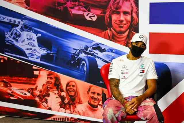 Lewis Hamilton ne se sent pas dans l'urgence de signer un contrat   Étant donnée la situation économique actuelle, Lewis Hamilton estime qu'il serait inapproprié de négocier et signer un nouveau gros contrat avec Mercedes https://t.co/jJnNOTCYdp https://t.co/70iOxldfym