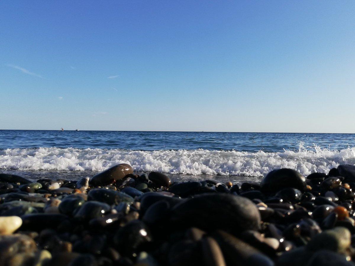 #Genova sì abbiamo le pietre, e allora? Genova è bellissima. Sí fai un metro e non tocchi. E quindi? Questo è il mare, questa è Genova. La Superba. pic.twitter.com/biDYrurd77