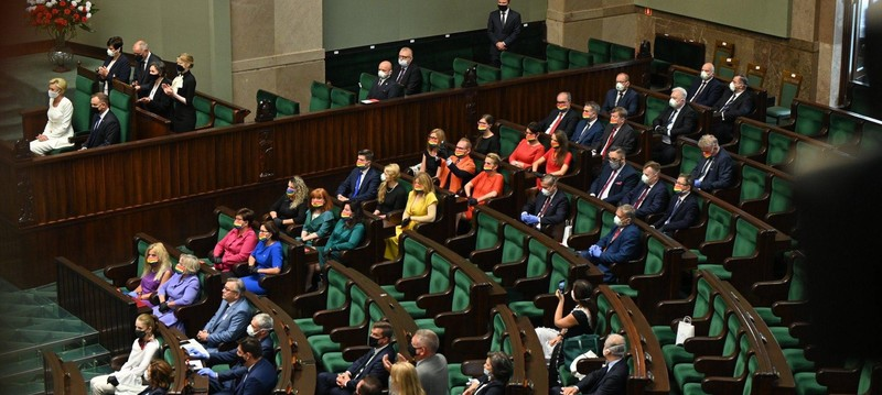 Polish Left MPs sit creating a rainbow during the inauguration of President Duda, who ran a viciously anti-LGBTQ campaign 🌈