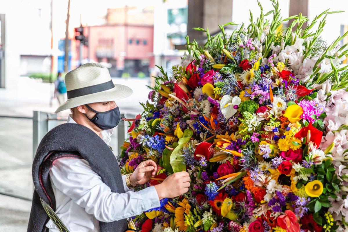 Cada año la #RedMetro  florece  con los usuarios que viajan a disfrutar la #FeriaDeLasFlores . Pero como en este 2020 las circunstancias cambiaron por la pandemia de la #Covid_19, la @AlcaldiadeMed y nuestros floricultores dijeron: #VolveremosAFlorecer pic.twitter.com/4XNL7mzxcl