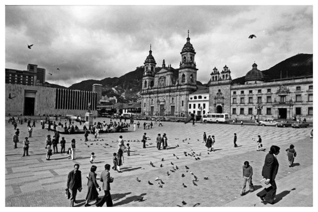 #TBT La historia de nuestra querida Bogotá se ha escrito entre sus cerros, calles y lugares emblemáticos. Hoy celebramos sus 482 años con estas fotografías de Hernán Díaz - Colección Biblioteca Luis Ángel Arango. #FelizCumpleañosBogotá https://t.co/SpYGK76EWE