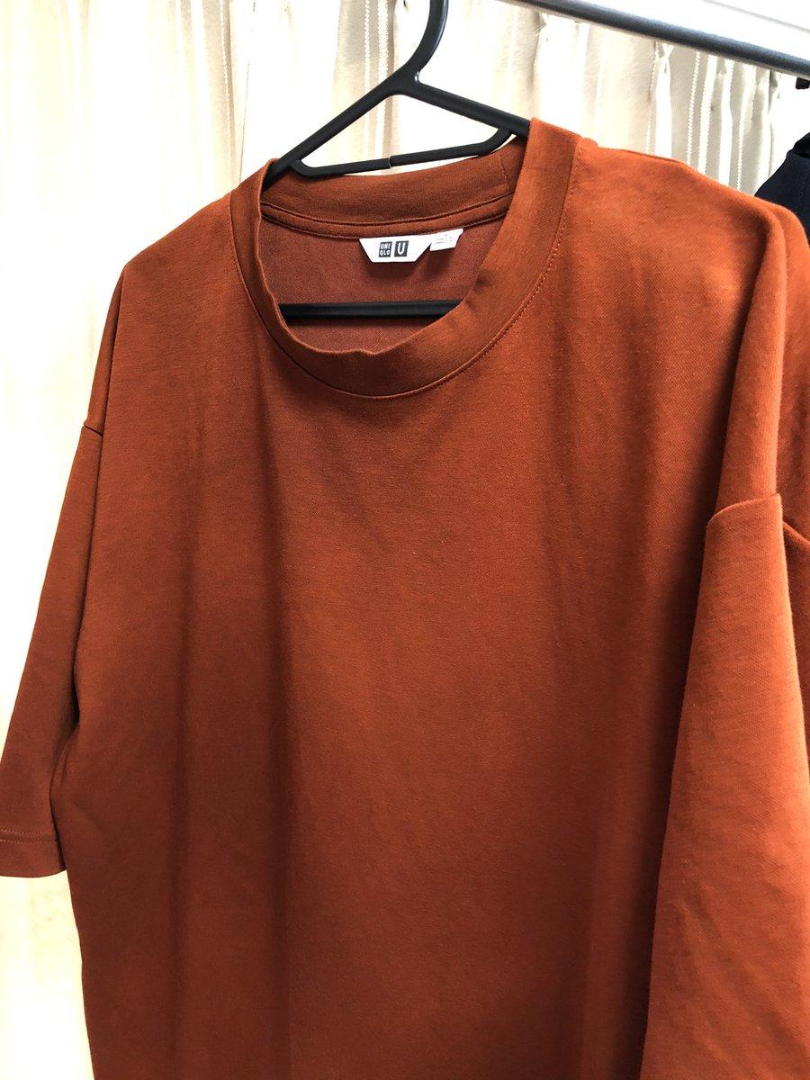 ユニクロ エアリズムコットンオーバーサイズTシャツの首がヨレるってひとはたぶん1枚目の干し方になってない?2枚目のようにタグが見えなくなる感じでハンガーの肩のラインから少し後ろにずらして干せばヨレないのでお試しあれ