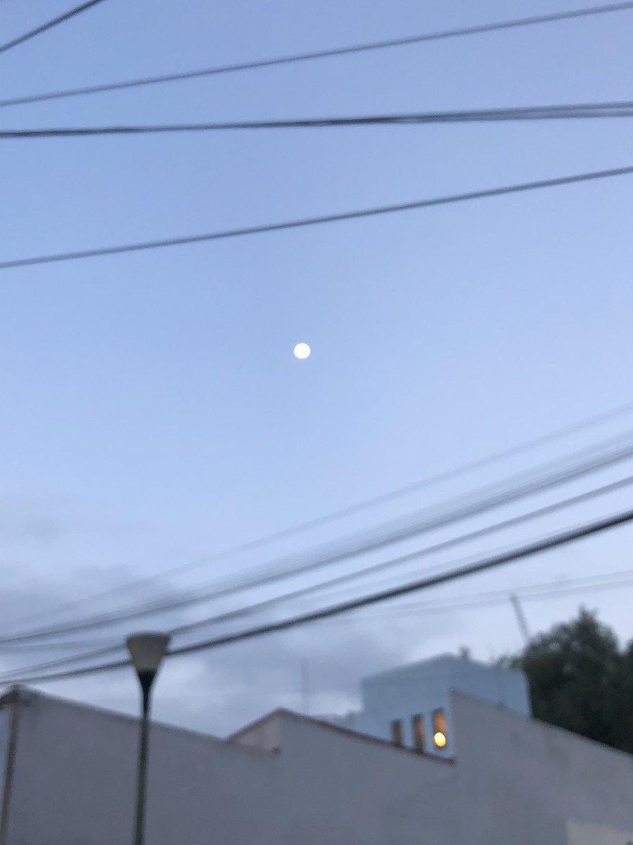 Muchos dirán que los cables y cosas así pero la luna se veía espectacular pic.twitter.com/ApXfXSvjeX