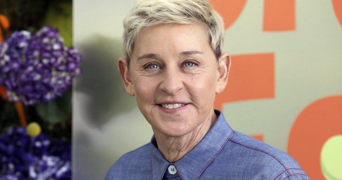 #Sofá Al frente de las críticas contra Ellen DeGeneres, se ha situado el actor y cómico Brad Garrett, que interviene en la serie Todo el mundo ama a Raymond y que ha acudido como invitado hasta en seis ocasiones al programa https://t.co/mxJobI9VMO https://t.co/cI2sZzUUH8