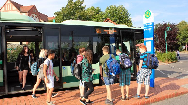 Montag startet in Brandenburg das neue Schuljahr. Eltern+Schüler bitten wir, sich über geänderte Fahrpläne zu informieren. Am 1. Schultag (10.08.2020) dürfen Fahrschüler unsere Linienbusse  ohne Fahrausweis nutzen. Mehr auf https://t.co/eiUVvwGNqb #besserankommen #ElbeElster https://t.co/DFymf1OTtK