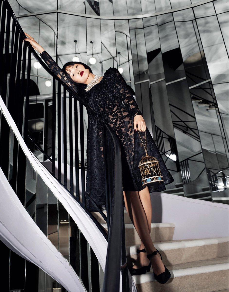 Les symboles de #CHANEL et l'emblématique palette noire et blanche de Gabrielle Chanel, ont inspiré #VirginieViard pour la collection #CHANELMétiersdArt 2019/20 Paris – 31 rue Cambon, actuellement en boutique. ©  Melodie Mcdaniel 👉  #espritdegabrielle
