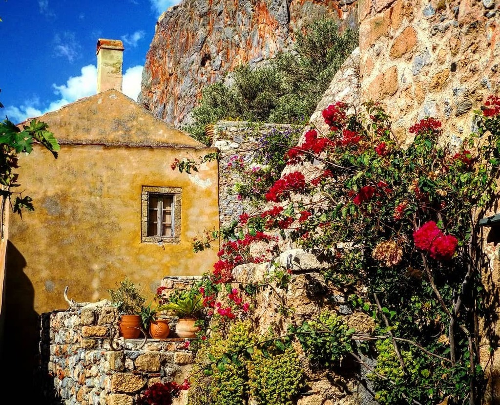 «Different roads sometimes lead to the same castle.»  George R.R. Martin  #monemvasia #mani #greece #HasselbladTrueZoom #wu_greece #travel_greece #team_greece #gf_greece #hdr_greece #hdr_europe #life_greece #lifo #loves_greece #bns_greece #naturelov… https://instagr.am/p/CDlJStRpOD9/ pic.twitter.com/B8eZmuWpUU
