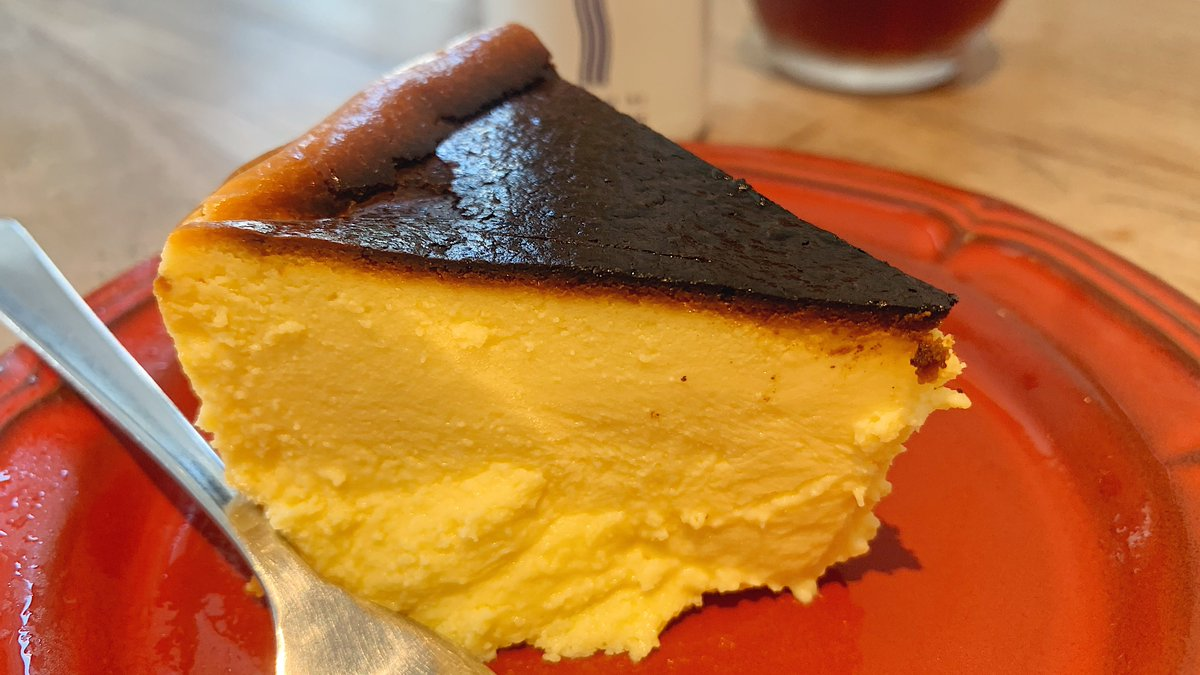 【CAFE SANS NOM AKASAKA】@東京:赤坂駅から徒歩7分とろとろ甘めなバスクチーズケーキを食べられるカフェ。表面こんがり、中は溶けてしまう程にトロトロな食感で、オリーブオイルをかけて味の変化も楽しめる1度で2度美味しい絶品チーズケーキ!オシャレな雰囲気の中でいただくスイーツは格別!