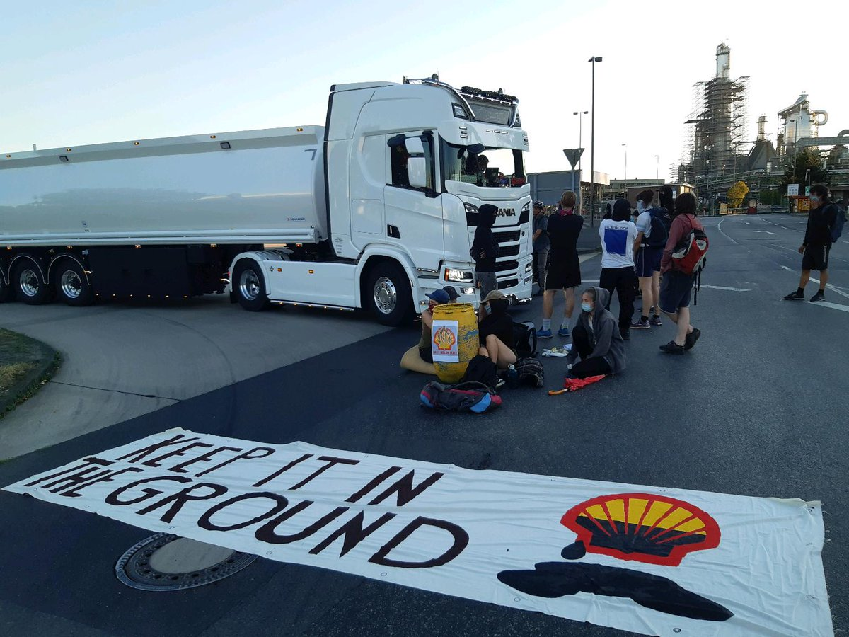BREAKING! Germany: Activists Block Shell Refinery in Wesseling/Godorf near Cologne. Climate activists began blockading the central infrastructure of the Rhineland Shell refineries at 6AM. Part of the campaign #AufstandMitAbstand. Read more on the Newswire: https://t.co/DiIb1Wpwip https://t.co/2B7Oz1xxgg