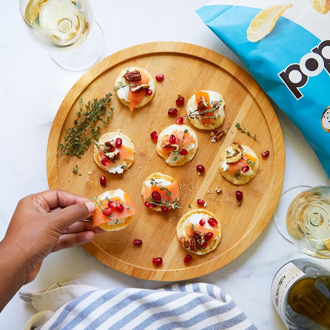 TGIF, fam. #HappyHour & these low-calorie #popchips crostinis, coming right up:     🥔 Start with @popchips Sea Salt, then layer...   🧀 Herbed goat cheese  🐟 Smoked salmon  🌱 Pomegranate seeds  🌰 Candied pecans  🍯 Honey https://t.co/hWn0gOFdc0