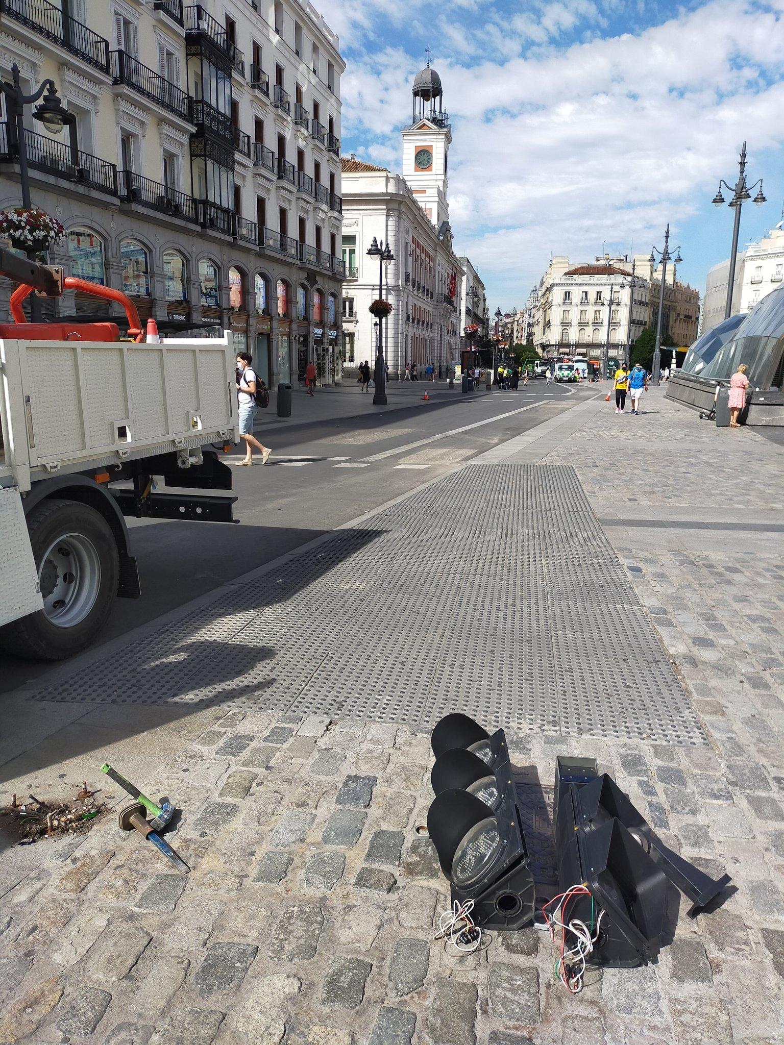 Marcas viales eliminadas y semáforo ciclista desmontado en la Puerta del Sol de Madrid. (Foto: Deteibols)