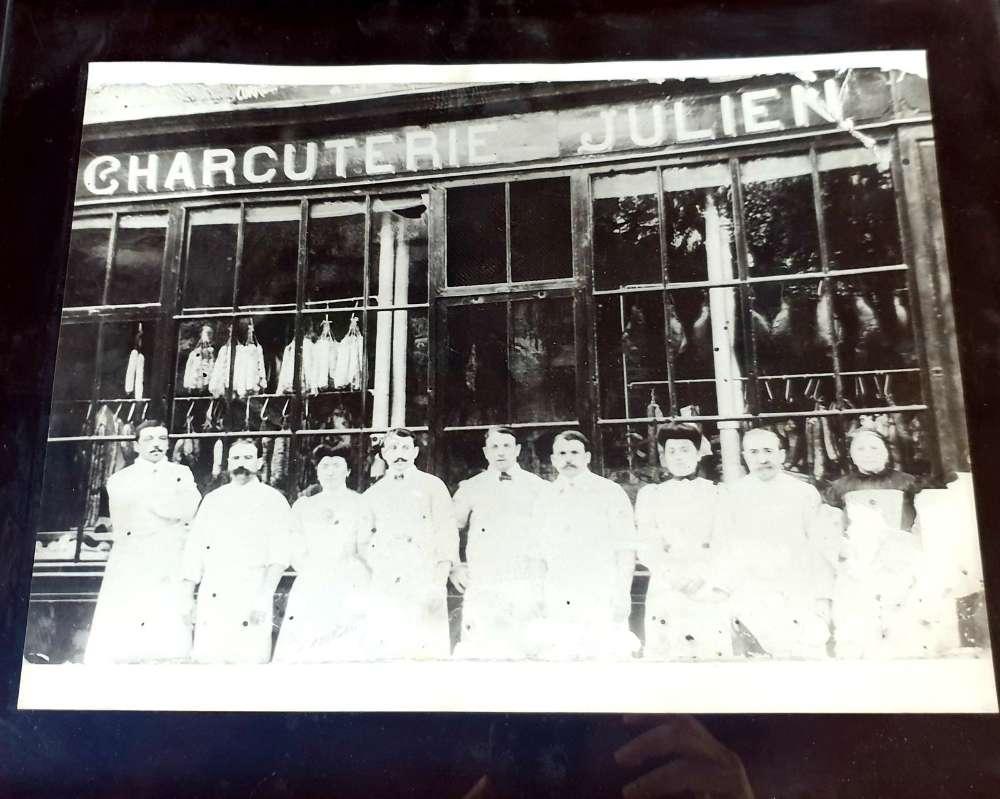 #Pau : #Haussmann et les garçons charcutiers. À Pau, l'immeuble façon Haussmann du 13, rue de la République, raconte l'#histoire d'une grande #famille de #charcutiers. Bienvenue chez les Julien. [Premium] https://t.co/5FDzgEDMfB https://t.co/6b8gWgwSJc