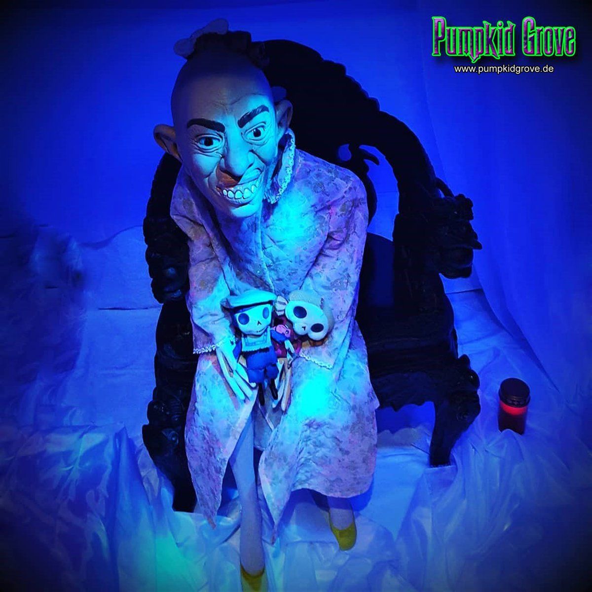 Pepper  #halloween2015 #halloween #samhain #luegburghorrorstory #ahsfx #pepper #thron #throne #kerze #candle #blau #blue #gruselig #haunted #horror #homehaunt #love#trickortreat #party #fun #art #halloweendecorations #dekoration #photo #germany #pumpkidgrove #pumpkidgrovegermany https://t.co/Yh9ZZBRA1u