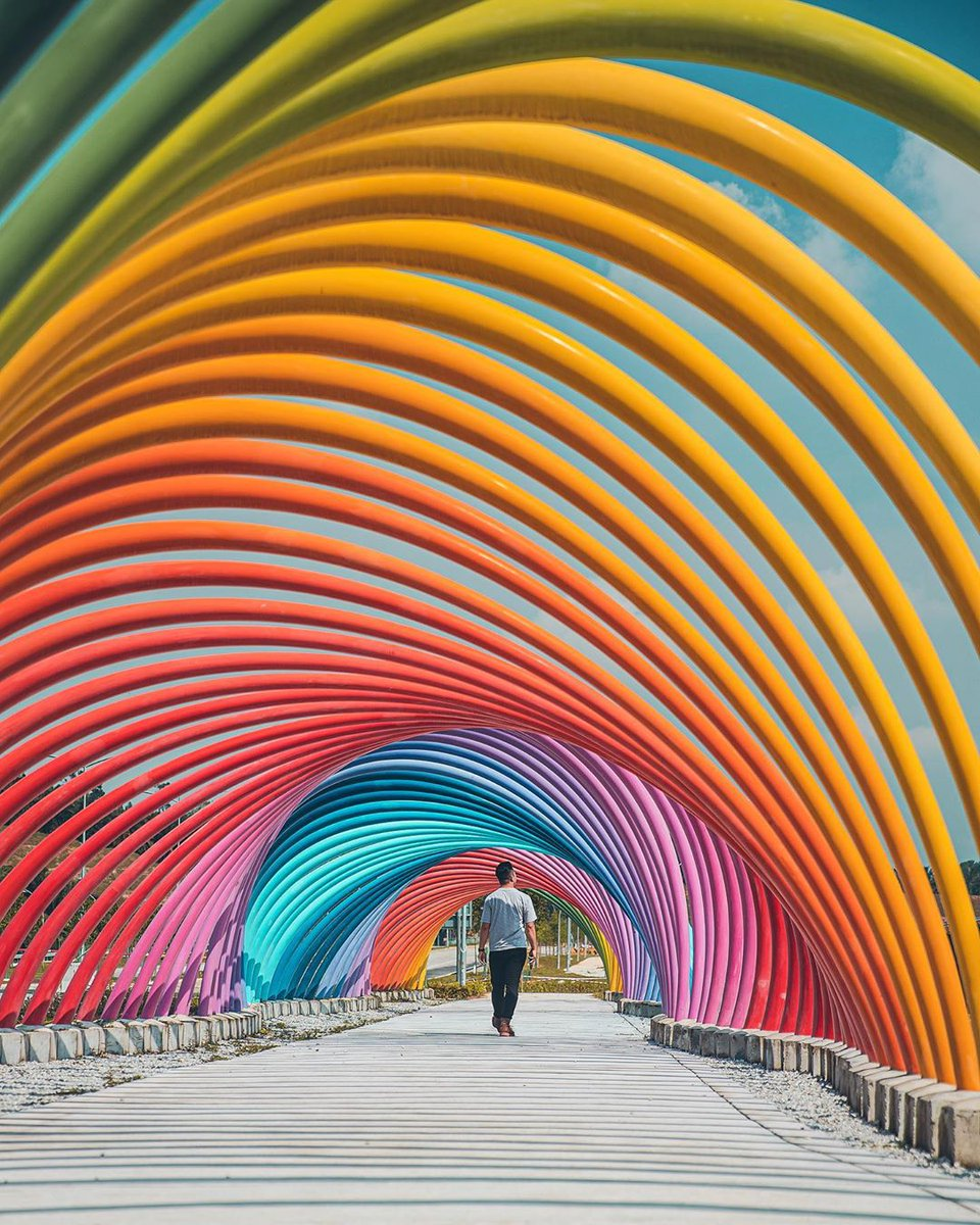 Rainbows 🌈 are a joy of life. It's no wonder their beauty is often captured in architecture and public art. For those who love to follow the rainbow during their travels, what gems have you discovered at the end of your trails?  📸: IG@harimaolee https://t.co/Nv2ubQ1Kqy