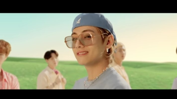 smirk mu mengalihkan dunia ku mas tae😭 #DynamiteMV #taehyungcool #BTS https://t.co/Cx6HCJmuGC