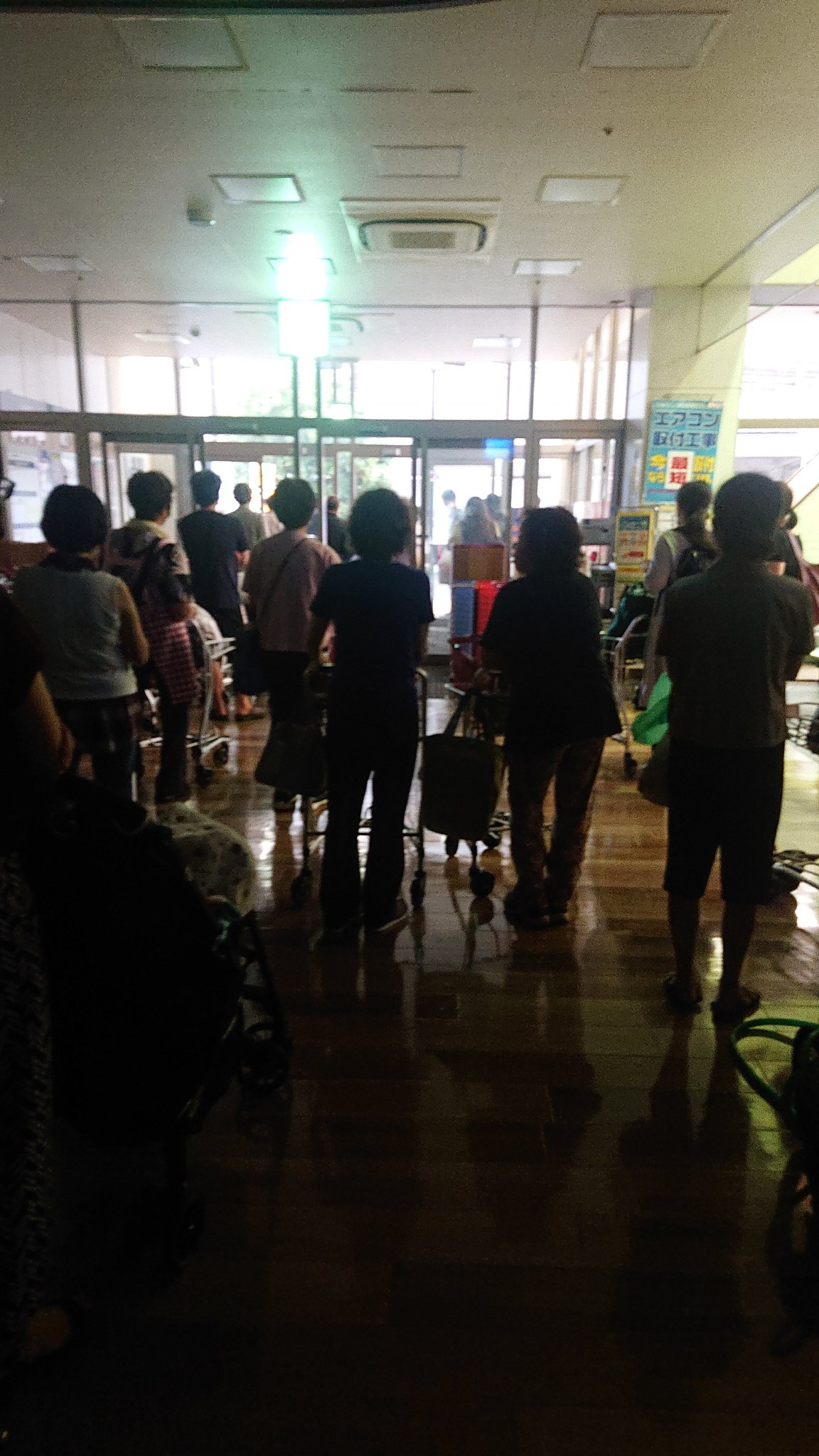 大阪市のゲリラ豪雨でスーパーが停電している画像