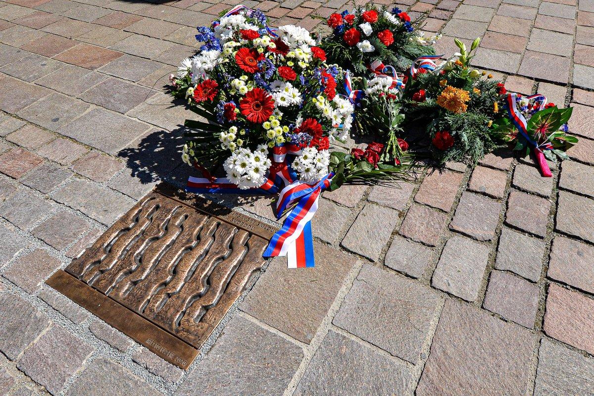 Ode dneška máme na plzeňském náměstí pamětní desku k výročí 21. srpna 1968. Nikdy nezapomeneme! Jejím autorem je chartista Vladimir Líbal, jehož právě posrpnový normalizační režim pronásledoval. A vzpomněl jsem i Plzeňany, kteří okupaci statečně čelili. https://t.co/RMCeHTXzEr