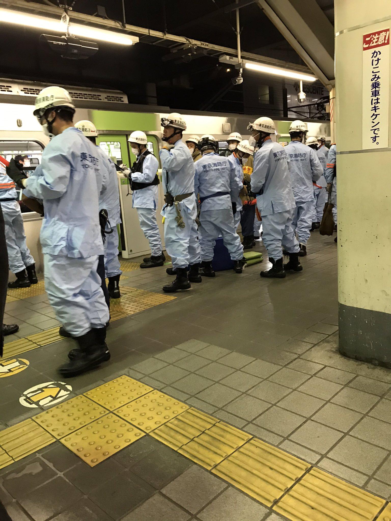 山手線の目白駅の人身事故で救護活動している画像