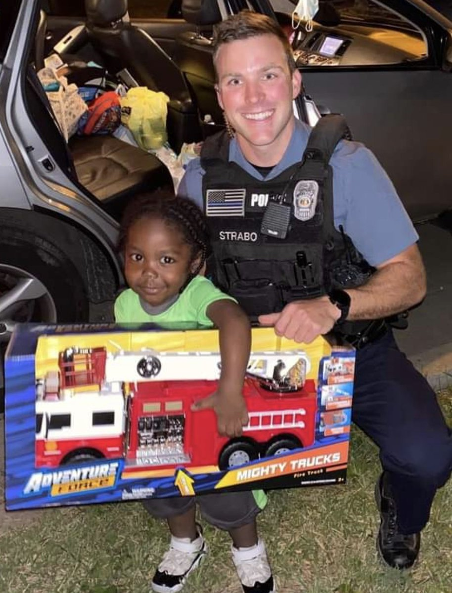 KCPD Officer Strabo knows how to pick out a birthday present! Happy birthday Demarquay 🎁 🎈 🎉 #kcpd #kcfd https://t.co/EePxpFr0Rf