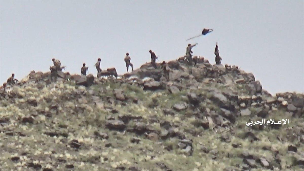 На взятых позициях. Солдаты хуситов срывают `черный флаг`.
