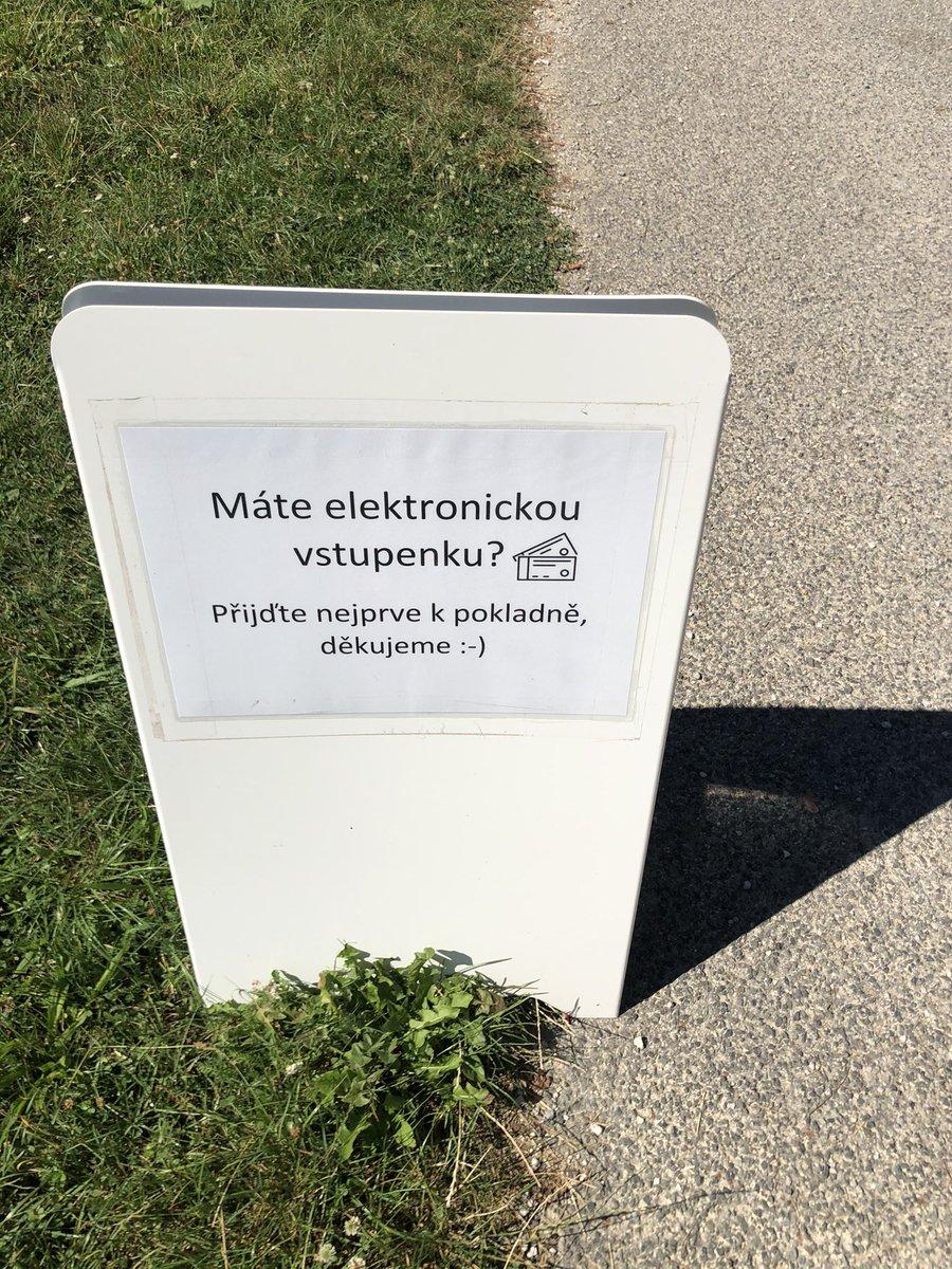 Takhle nějak probíhá v ČR #digitalizace, už máme elektronické vstupenky, ale stejně musíte do fronty mezi zbytek, což dneska extra potěšilo... ☀️ https://t.co/K9j6P4NAZc