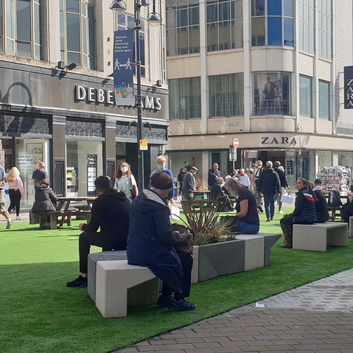 The Briggate Pop-up Park is now open! It provides a little extra greenery in the city centre, and more space to sit down. Delivered in conjunction with our local suppliers @MarshallsCom and @eternallawns. 🌱#ReDiscoverLeeds https://t.co/6myW5CSVFm