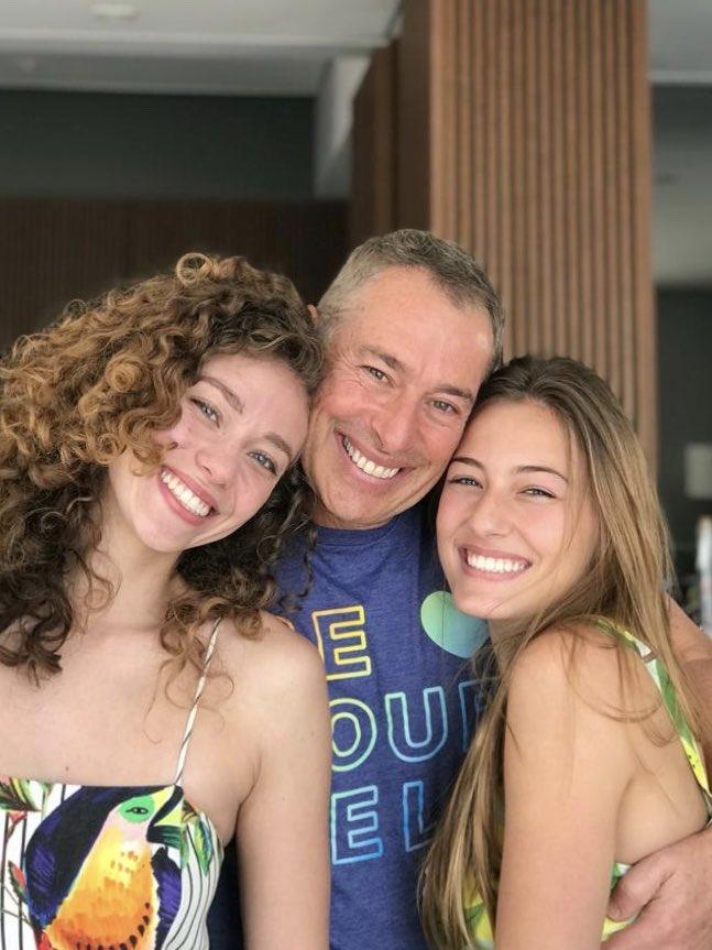 Mais um dia dos pais espetacular!! Fico sempre muito feliz quando estou junto das minhas princesas, já mulheres, mas sempre no meu coração!! @carolmichelucci  @claramichelucci  #DiaDosPais https://t.co/0xTiZZXajX