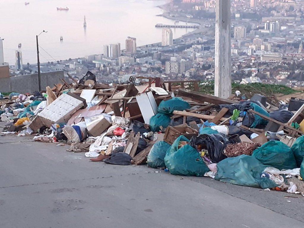 Subí a PyaAncha por P.Véliz, donde está uno de los Miradores más hermosos de #Valparaíso. Me dio pena verlo convertido en un basural, después de muchos años de que otros basurales habían sido erradicados. El municipio tiene que ponerse las pilas @abelgallardop /es su obligación!pic.twitter.com/5qn4FF0y9g