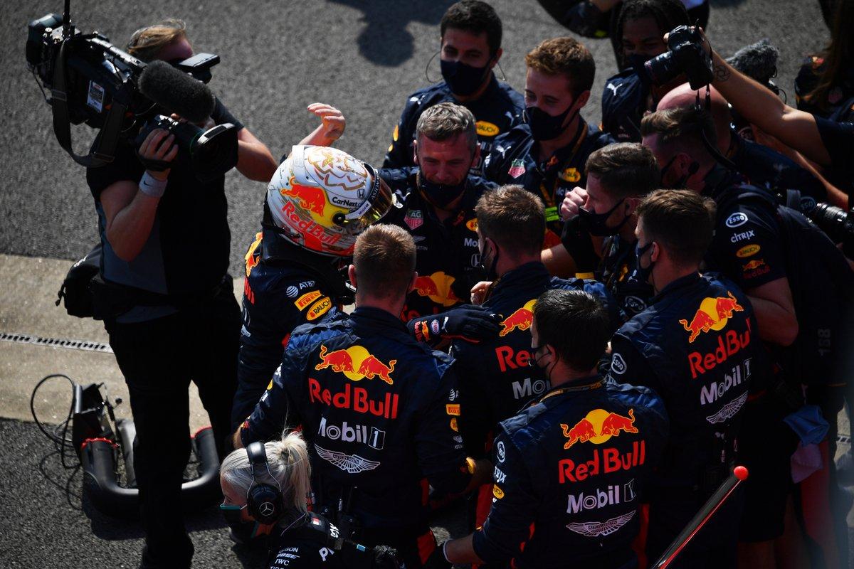 """Segunda chamada: no blog @voandobaixo, a análise da corrida já está no ar. """"No GP dos 70 anos, Verstappen e uma vitória que resume bem a F1"""". Leia aqui: https://t.co/RcLH7kErs7 #F1naGlobo #F1noSporTV #F1noGE #RafaelLopes #VoandoBaixo #F170 #F1 #Silverstone #Inglaterra https://t.co/BkpGkEby2o"""