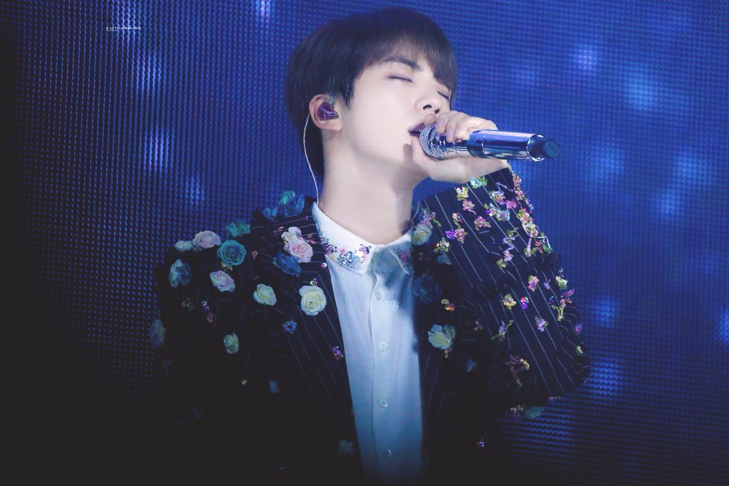 """""""I'm the one I should love"""" - you could say it's such a cliché... But it took me 33 years and 7 Korean men to start living by it #Epiphany2ndAniversary #ThankYouJin pic.twitter.com/VVnr6BdfGb"""