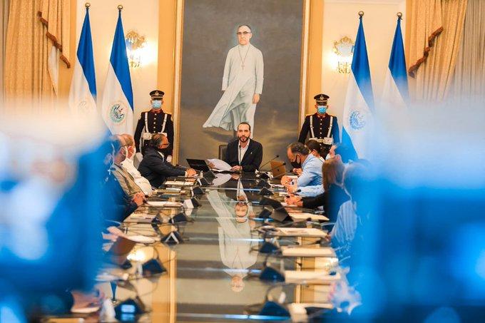 """Bukele acusa a magistrados de Sala Constitucional de estar al """"servicio"""" de diputados"""