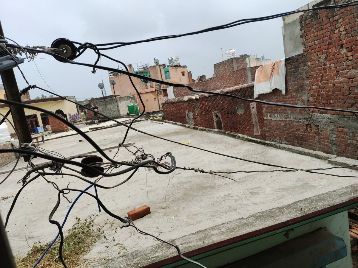 @1912PVVNL  Respected sir please see the ruined condition of power supply wires Many complaints done but no response so far from your end please do something in the public interest Sanjay Sharma moh Mustehkan Rampur Maniharan Distt Saharanpur 9873512097 pic.twitter.com/V2IBZ6nKKC