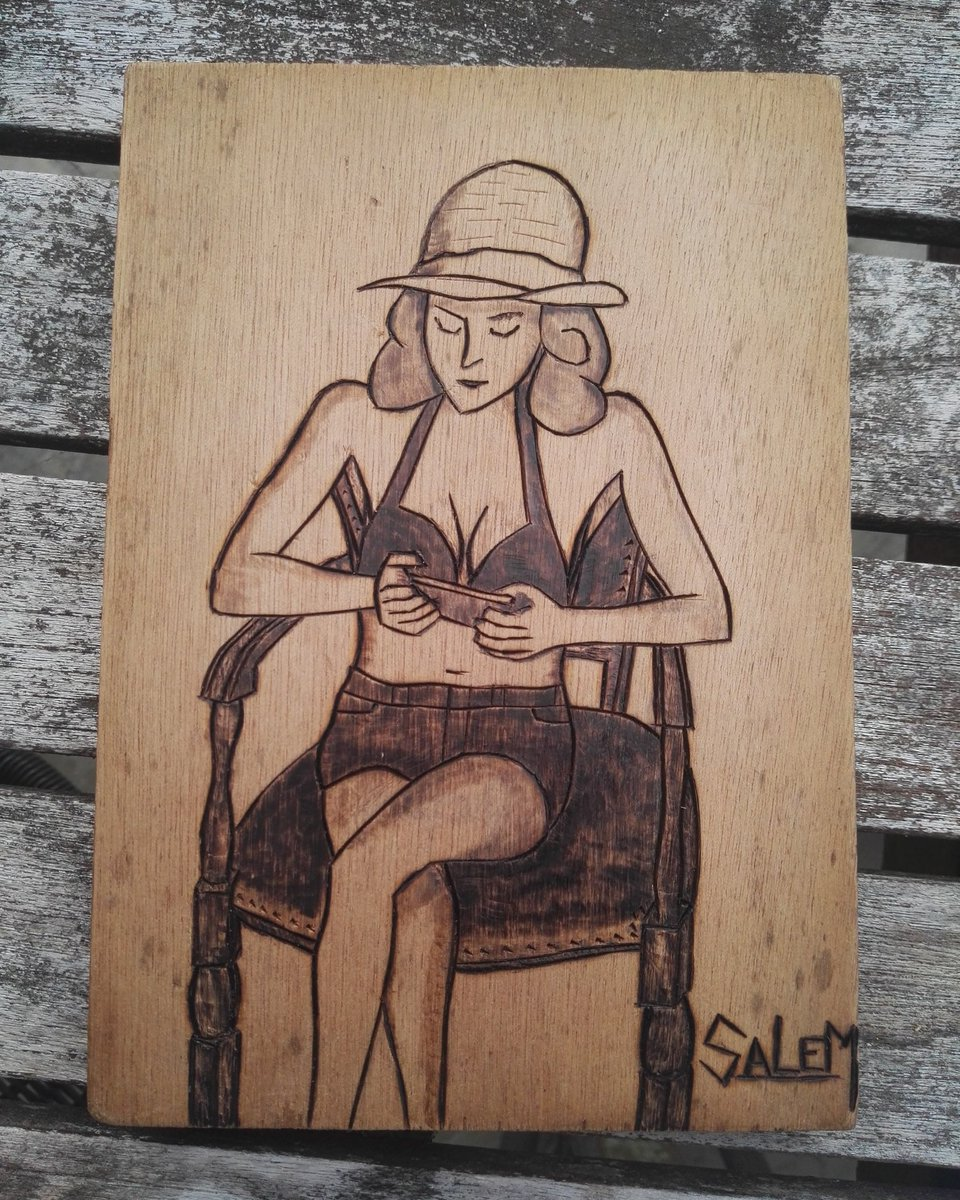 Jeune fille au téléphone.  *Pyrogravure*  #girl #pyrography #blackandwhite #drawing #goodday #goodnightpic.twitter.com/iLMoxhsFKz