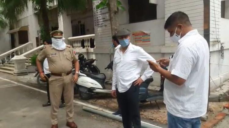 पूर्व सीओ आले हसन को आज पुलिस ने कलेक्ट्रेट परिसर से दबोच लिया। वो कोर्ट में सरेंडर की फिराक में थे।सांसद आज़म खान के करीबी पूर्व सीओ आले हसन को कुर्की का नोटिस ओर एनबीडब्ल्यू जारी थेpic.twitter.com/QFvmYr6cWR