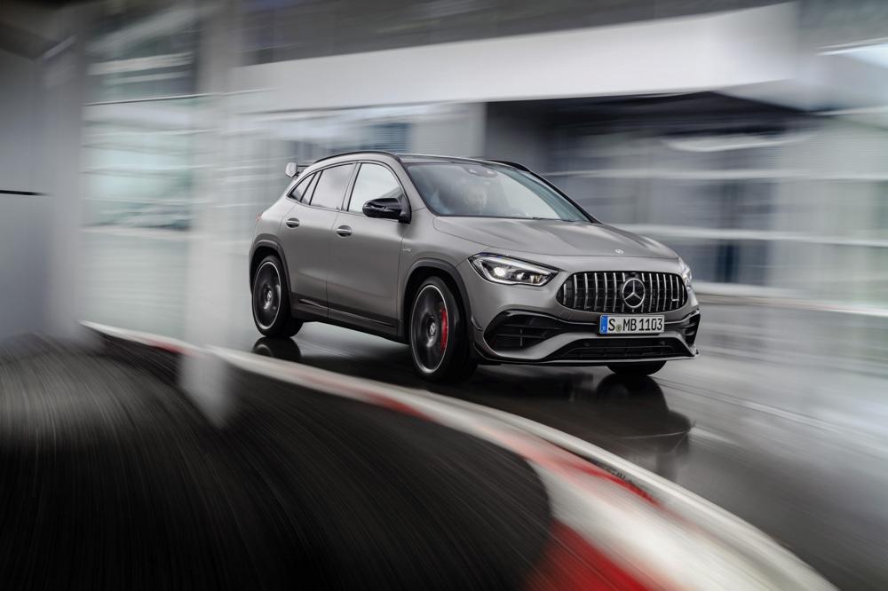 Další #Mercedes s rekordním dvoulitrem o výkonu až 421 k: #MercedesAMG #GLA 45 4MATIC+ je nečekaně schopné SUV s pohonem všech kol a ojedinělé spojení elegance, kompaktních rozměrů, praktičnosti a výkonu. #MercedesBenz #AMG https://t.co/u6tTNEmaXM https://t.co/KdF8lu5jYp