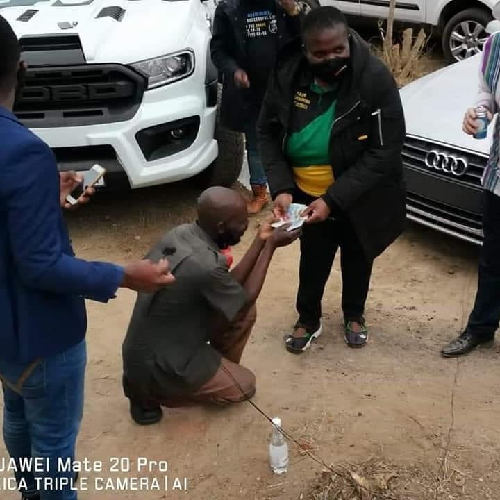 Posing for a photo whilst a man receives on his knees. This is the ANC you voted for, you will always be  bowing down & begging. @CyrilRamaphosa could your inept staff not hold him by his shoulders & ask him to stand next to her instead?  PS. Fancy cars these fat f_cks arrive in. https://t.co/if59IRplDr